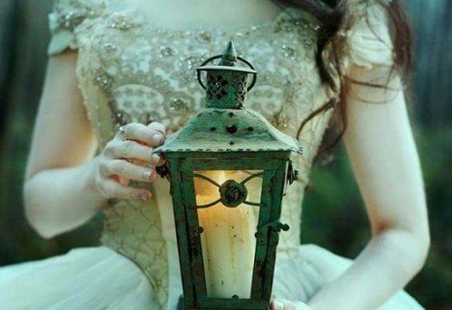 ランプを持つ女性の手