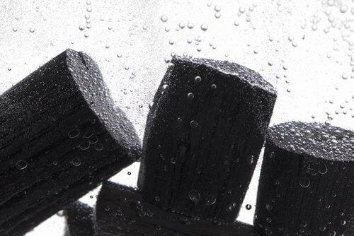 水の中の木炭