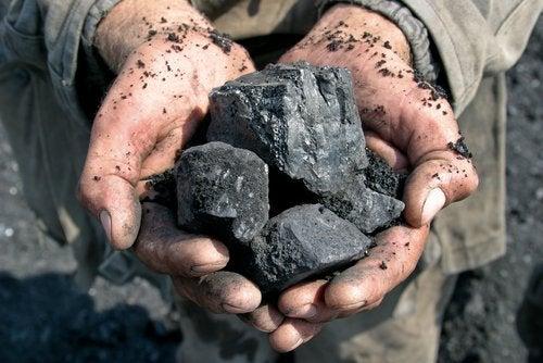 木炭を持つ手