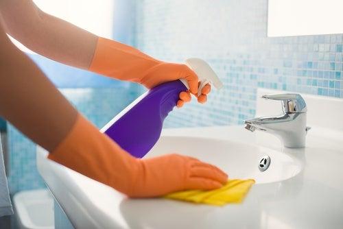 手の届きにくい場所を掃除する/7つのシンプルな方法