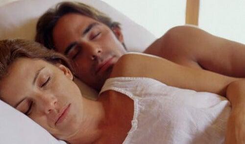 快適な姿勢で眠る二人