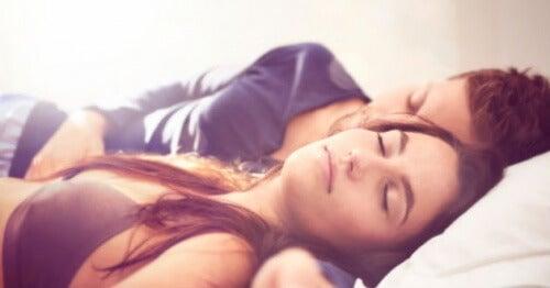 仰向けで眠るカップル