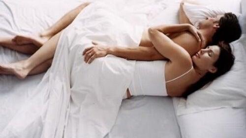 スプーニングで眠るカップル