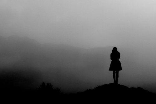 霧の中に立つ女性