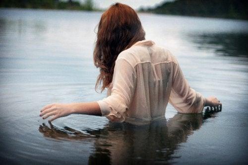 水につかる女性