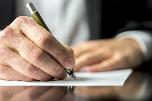 書くことで心の傷を癒す方法