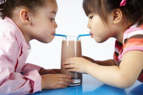 チョコレートミルクを飲む子供