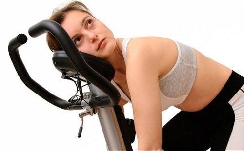 サイクリングマシンと女性