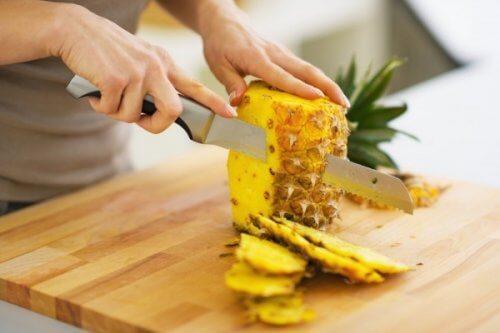 パイナップルを切る人