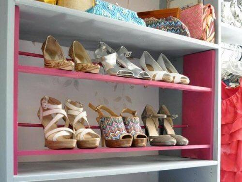 靴の収納-かわいい色の棚