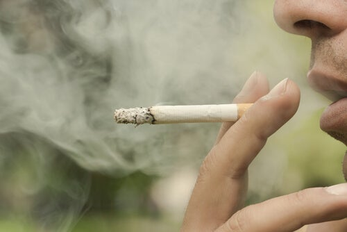タバコを吸う口元