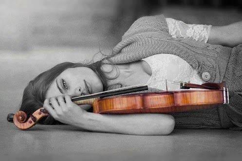 バイオリンを持った女性