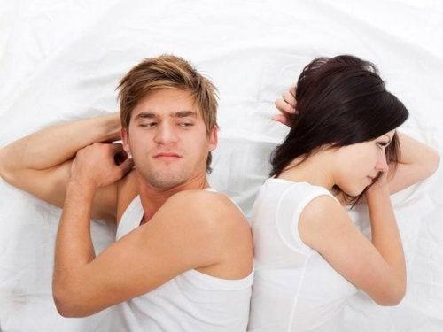 恋人と寝室