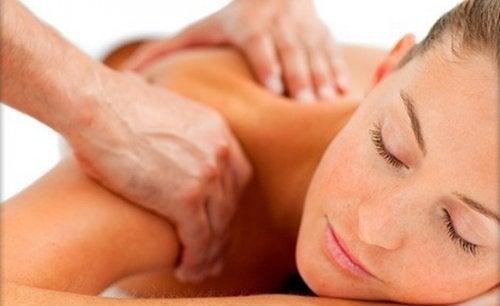 首を寝違えた時に役立つ5つのアドバイス