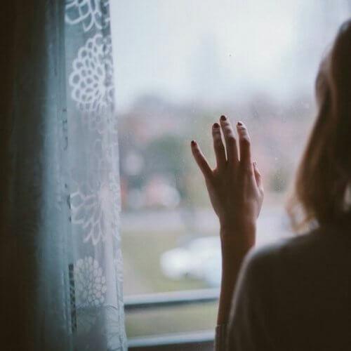 窓の外を眺める人