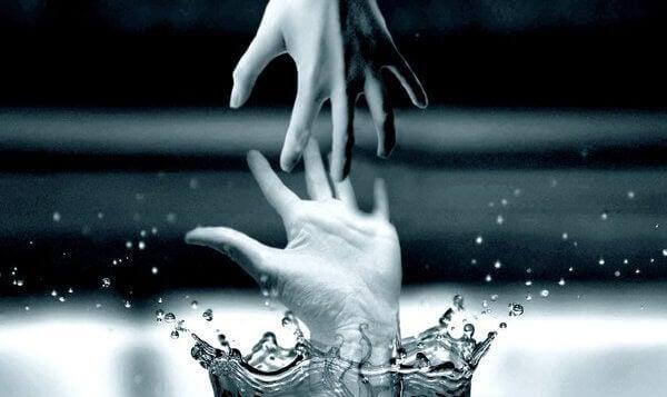 水を触る手