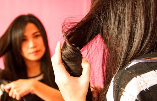 woman curing hair