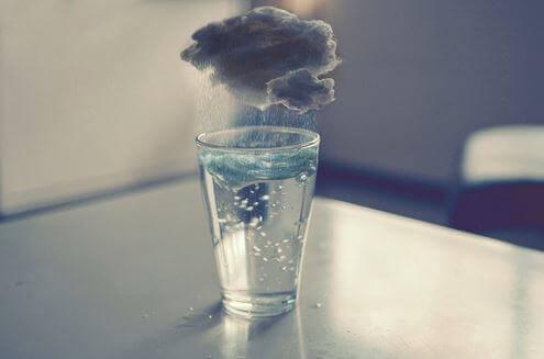 vaso-de-agua-con-tormenta