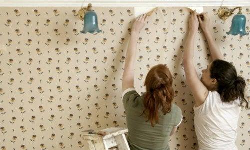 壁紙を剥がす女性
