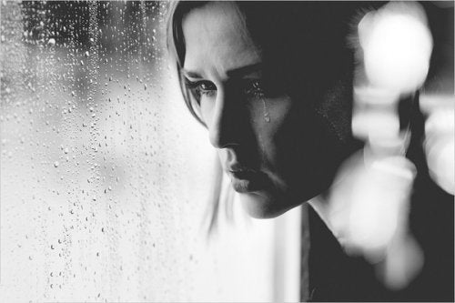 women-black-and-white-artistic-tears-monochrome-sadness_www.wall321.com_79-500x333