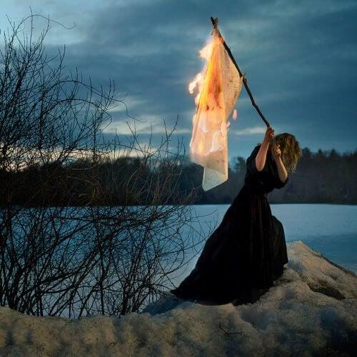 燃えた旗をもつ女性