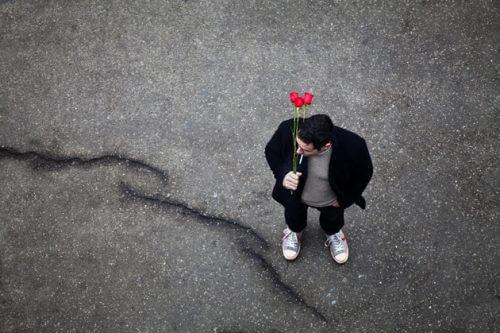 赤い花を持つ人