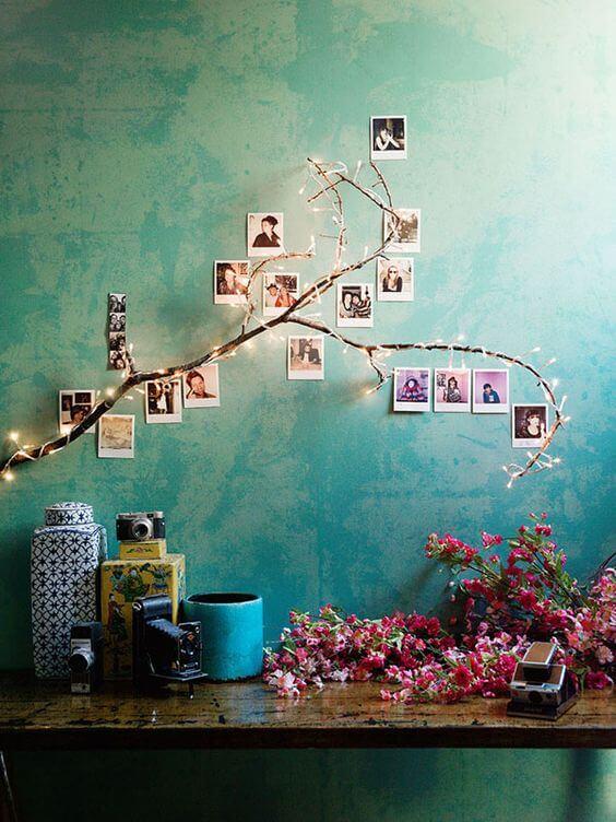写真を木の枝に飾る