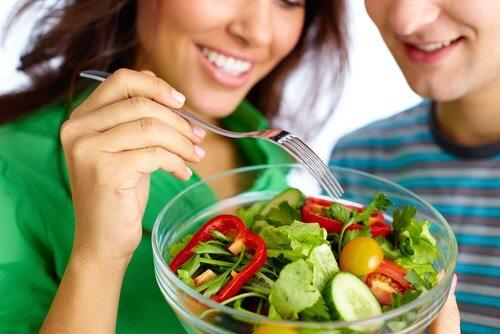 サラダを一緒に食べるカップル