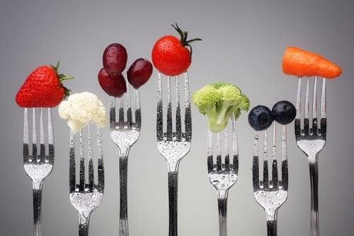 フォークに突き刺さった野菜や果物