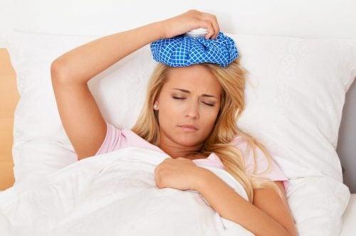 頭を冷やして横たわる女性