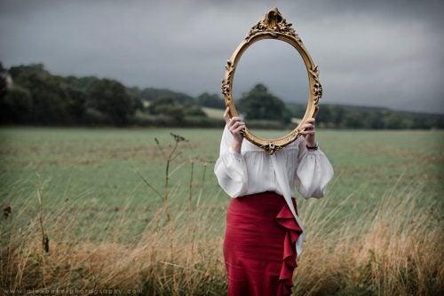 鏡の中の顔のない女性