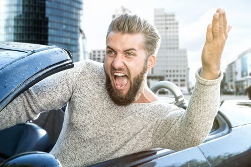 運転中に怒りを爆発させている男性