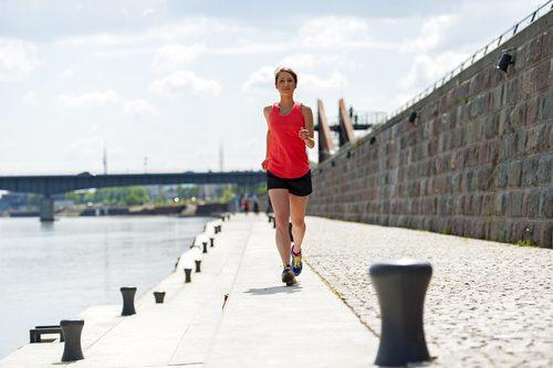海辺をジョギングする女性