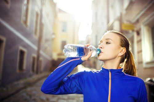 ジョギングの途中で水を飲む人