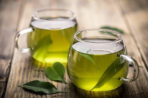 洋風のカップに入った緑茶