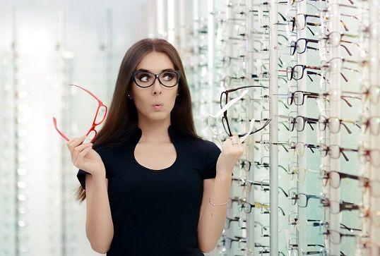 眼鏡を選んでいる人