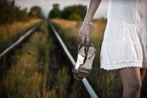 靴を脱いで線路を歩く