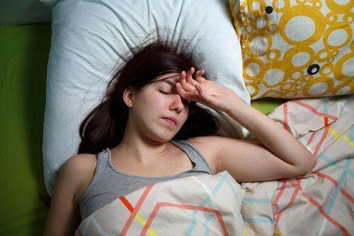 横たわって休む女性