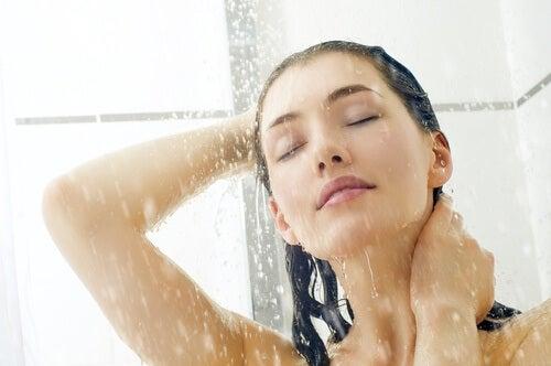 シャワーを浴びている女性の顔