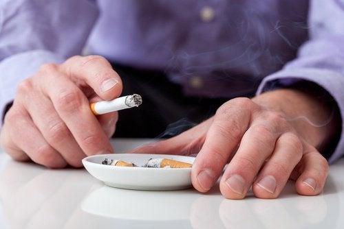 喫煙中の人と灰皿