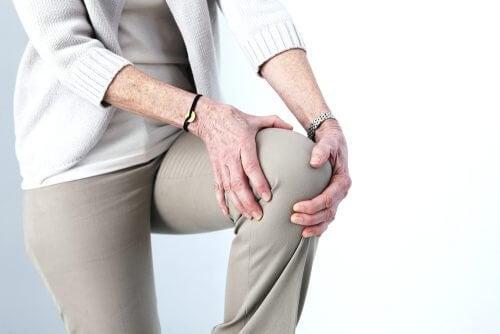 熟年の人が片膝をまげている