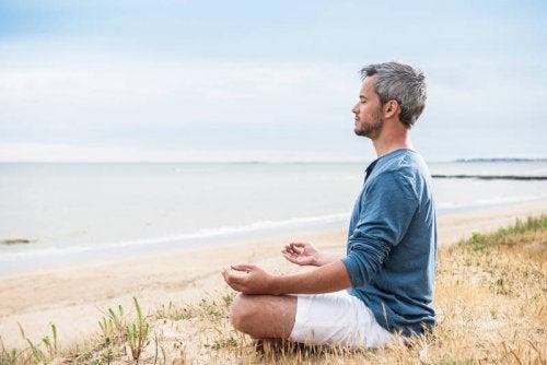 ヨガのポーズで瞑想する男性