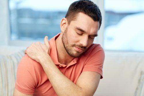 肩の痛みに耐える男性