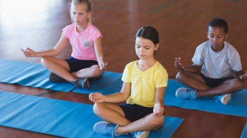 瞑想する子供たち