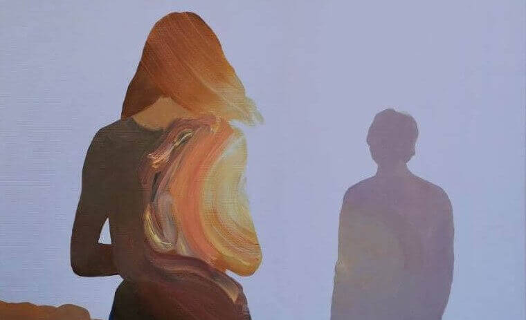 女性の後ろ姿 少し離れて男性のシルエット