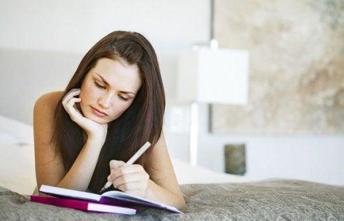 ノートに何か書き留める女性