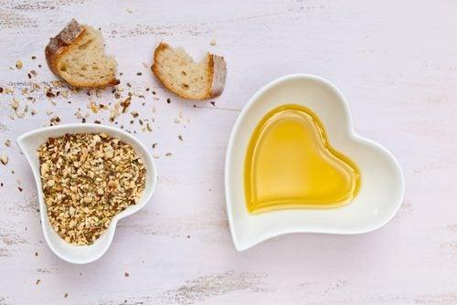ハート型の皿に入ったナッツとオイル