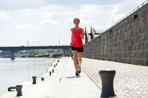 防波堤をジョギングする女性
