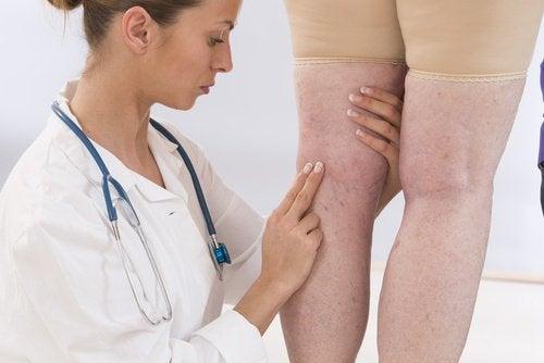 足を診る医師