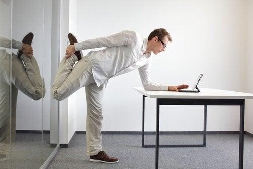 足をストレッチする男性